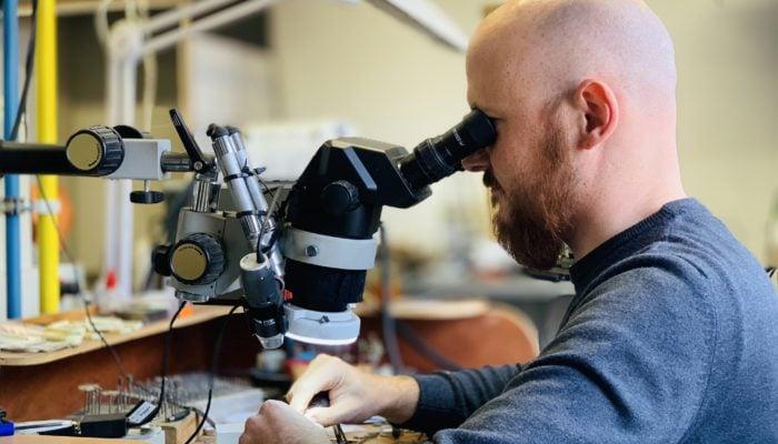 Herstellen van juwelen Hans Sandor Nagy